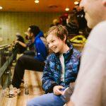 TIGM2019-Un enfant sourit en regardant vers le gymnase.