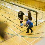 TIGM2019-Une juge de but vue des gradins remet le ballon à l'équipe féminine ontarienne.