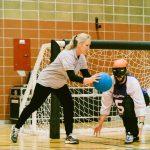 TIGM2019-Une arbitre remet le ballon à un ailier.