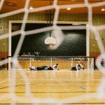 TIGM2019-L'équipe Crown bloque le ballon - vue de face à travers le filet.
