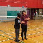 1. Mini-goalball Hiver 2019 - Viviane, instructeure, accompagne Mathys, dans un exercice de discrimination du son.