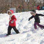14. Du sport pour moi! – Hiver 2019 - Raquette. Rym et Sarah marche dans la neige pour rejoindre Marie-Anne.