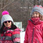 15. Du sport pour moi! – Hiver 2019 - Raquette. Sofia et Alba écoutent les instructions.