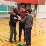2. Mini-goalball Hiver 2019 - Jacob a réussi à se déplacer et se diriger grâce aux clappements de main que faisaient Mathys et Viviane, instructeure.