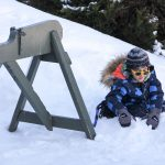 21. Du sport pour moi! – Hiver 2019 - Raquette. Yacine joue dans la neige après la séance de raquette.