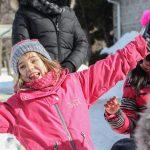 23. Du sport pour moi! – Hiver 2019 - Raquette. Sofia souriante avec les bras ouverts.