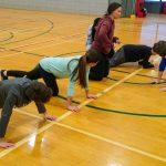 5. Mini-goalball Hiver 2019 - Viviane a préparé un petit jeu de questions et défis. À ce moment, les enfants venaient de piger le défi de faire 5 push-ups. Certains enfants le font sur les genoux.