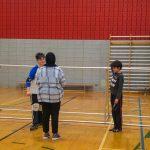 6. Mini-goalball Hiver 2019 - Les participants ont appris en duo comment bloquer. Ils révisent en ce moment la technique de lancer. Asma, intervenante sportive, supervise Ludovic et Jacob.