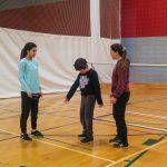 7. Mini-goalball Hiver 2019 - Pour sa part, Viviane supervise Daphné et Mathys. C'est au tour de Mathys de montrer ce qu'il a appris.