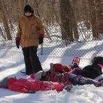 8. Du sport pour moi! – Hiver 2019 - Raquette. Les enfants ont bien travaillé. Ils sont tellement fatigués qu'ils ont fait une pause dans la neige.