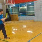 Danny pratique ses coups droits au mur.