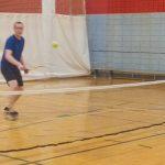 Hugues s'apprête à recevoir la balle jaune.