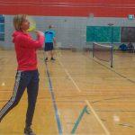 L'instructrice Sabrina vient tout juste de frapper la balle. La raquette est encore dans les airs.