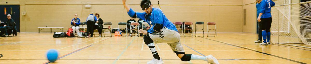 Rakibul Karim, joueur du centre de l'équipe québécoise, en train de faire un lancer.