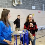 19. Tournoi de mini-goalball Mars 2019 - Discours de la directrice de l'ASAQ, Nathalie à la remise des médailles, avec Roxanne d'Adaptavie qui est à coté pour tenir le plateau des médailles.