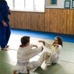 Du sport pour moi! Montréal - Judo. Edgar qui pousse Sofia sur le dos.