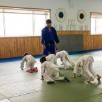 Du sport pour moi! Montréal - Judo. Les jeunes traversent le tapis sur les mains et les pieds sous le regard de Stéphane.