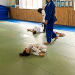 Du sport pour moi! Montréal - Judo. Rym, Edgar font la crevette avec l'aide de Louiza et de Vincent.