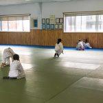 Du sport pour moi! Montréal - Judo. Sarah, Yacine et Edgar font la traversée du tapis en grenouille.