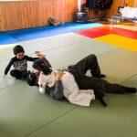 Du sport pour moi! Montréal - Judo. Sarah et papa en combat et le petit frère qui encourage.