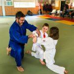 Du sport pour moi! Montréal - Judo. Stéphane qui explique le mouvement à Edgar et Sofia.