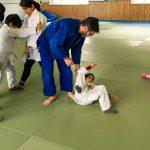 Du sport pour moi! Montréal - Judo. Stéphane qui fait une prise qui fait basculer sur le dos Yacine.