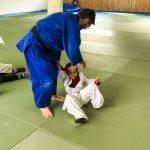 Du sport pour moi! Montréal - Judo. Stéphane qui montre à Yacine un mouvement.