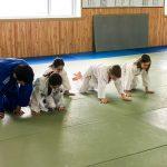 Du sport pour moi! Montréal - Judo. Vincent fait la démonstration du prochet exercise à côté Rym, Sarah, Edgar et Sofia qui l'imitent.