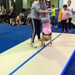 Programme Du sport pour moi! Printemps 2019 - Cheerleading. Capitale-Nationale. Élyana qui est en équilibre sur ses mains et Vicky la retient.