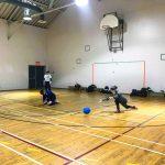Goalball récréatif ASAQ – Hiver 2019. Équipe de Nathalie, Sabrina et Raphaëlle, Raphaëlle vient de lancer.