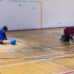 Goalball récréatif ASAQ – Hiver 2019. Équipe de Sabrina et Hamza, Sabrina récupère le ballon.