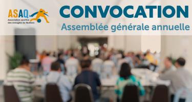 Logo ASAQ. Texte : Convocation assemblée générale annuelle. Photo flouée: Réunion d'un groupe des personnes dans une salle de conférences.