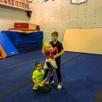 Programme Du sport pour moi! Printemps 2019 - Cheerleading. Capitale-Nationale. Félix à la base qui supporte la petite soeur de Liam en équilibre, aidé par Liam en arrière.