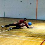 Goalball récréatif ASAQ – Hiver 2019. Hamza tente seul de bloquer le ballon lors d'un tir de pénalité.