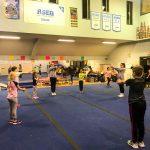 Programme Du sport pour moi! Printemps 2019 - Cheerleading. Capitale-Nationale. Les jeunes qui imitent les mouvements de l'entraîneuse.