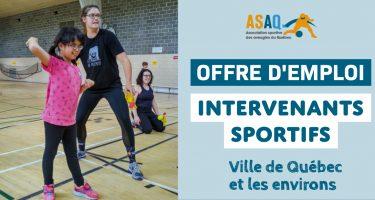 Image: Photo d'Amélie, accompagnée de Gabrielle, intervenante sportive, lance une balle de tennis sonore. Logo ASAQ. Offre d'emploi. Intervenants sportifs. Ville de Québec et les environs.
