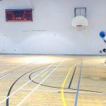 Goalball récréatif ASAQ – Hiver 2019. Nathalie tient le ballon dans les airs et va lancer.