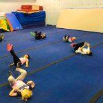 Programme Du sport pour moi! Printemps 2019 - Cheerleading. Capitale-Nationale. Période d'échauffement, on fait la tortue sur le dos en faisant des rotations des chevilles et des poignets.