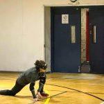 Goalball récréatif ASAQ – Hiver 2019. Raphaëlle vient tout juste de lancer le ballon et est en appui sur une jambe.