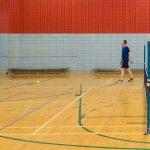 Tennis sonore 24 avril 2019. Vue de côté d'un terrain de tennis sonore. Yan et Hugues pratiquent face au mur.