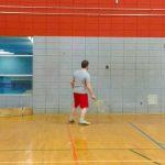 Tennis sonore 24 avril 2019. Vue de dos de Danny alors qu'il s'entraîne contre le mur..
