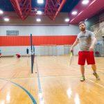 Tennis sonore 24 avril 2019. Vue de tout le gymnase où les participants s'échauffent et Sabrina pose la ligne du carré de service.