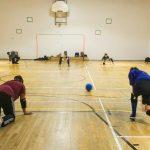 Goalball récréatif ASAQ – Hiver 2019. Vue des deux équipes à partir de la ligne de but, Sabrina vient de lancer.