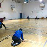 Goalball récréatif ASAQ – Hiver 2019. Vue en diagonale du terrain, Hamza s'apprête à lancer.