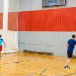 Tennis sonore 24 avril 2019. Yan et Hugues s'entraînent contre le mur 2 - vue de dos.