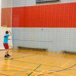 Tennis sonore 24 avril 2019. Yan et Hugues s'entraînent contre le mur 3 - vue de dos.