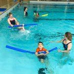 Du sport pour moi! - Natation. Montréal - Printemps 2019. Les enfants qui font la traversée en nageant sur le dos, chacun à son intervenante.