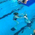 Du sport pour moi! - Natation. Montréal - Printemps 2019. Marc-Antoine et Audrey la monitrice sous l'eau pour tenter de toucher au fond de la piscine.