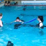 Du sport pour moi! - Natation. Montréal - Printemps 2019. Marc-Antoine qui démontre sa technique de nage sur le ventre à Audrey et Guity.
