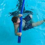 Du sport pour moi! - Natation. Montréal - Printemps 2019. Marc-Antoine qui nage sur le dos avec la nouille flottante.